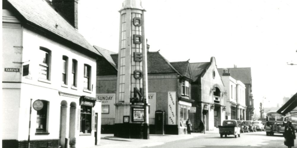 A black and white photo of Horsham when the Odeon cinema was in the Carfax